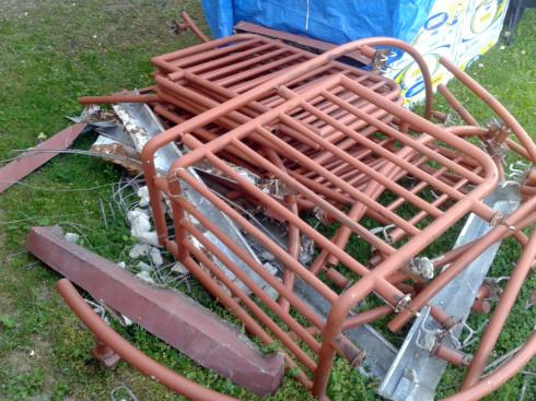 Zdemontowane istniejące barierki. Widoczne ślady korozji.